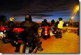 Cae la noche sobre el desvío a Paracas.