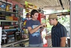 Rodrigo demostrando a Carlos que si huele rico, sabe rico.