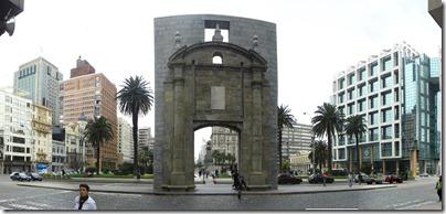 Arco de bienvenida a la plaza.