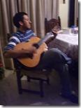 Pura finta. Sería bueno que aprenda a tocar guitarra.