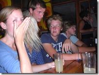 El momento exacto en el que un infiltrado empezó a tomarse nuestro vodka. Nótese la reacción de Hugh.