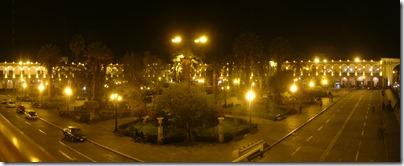 Cenando frente a la Plaza de Armas