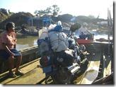 Posicionada precariamente sobre la embarcación