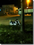 La moto la dejé afuera, confiando en la palabra de los chicos del restaurante. Por lo menos sí tuvieron razón en que era seguro por ahí.