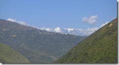 Un nevado entre los cerros tropicales.