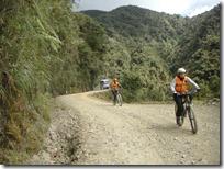 Frecuentemente esquivando y saludando a ciclistas. La mayoría de ellos muy concentrados.