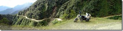 El camino es una pequeñez tallada en los cerros