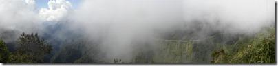 Cerca a la cima, la ruta se oculta detrás de las nubes.