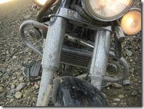 Cromados doblados pero cumplieron su propósito de protegerme a mí y a la moto.