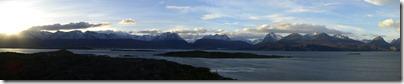 Atardecer sobre la Isla Bridges. Al fondo a la izquierda: Ushuaia