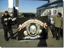 Los muchachos de Chopper Raiders. ¡Hasta con su propia bandera!